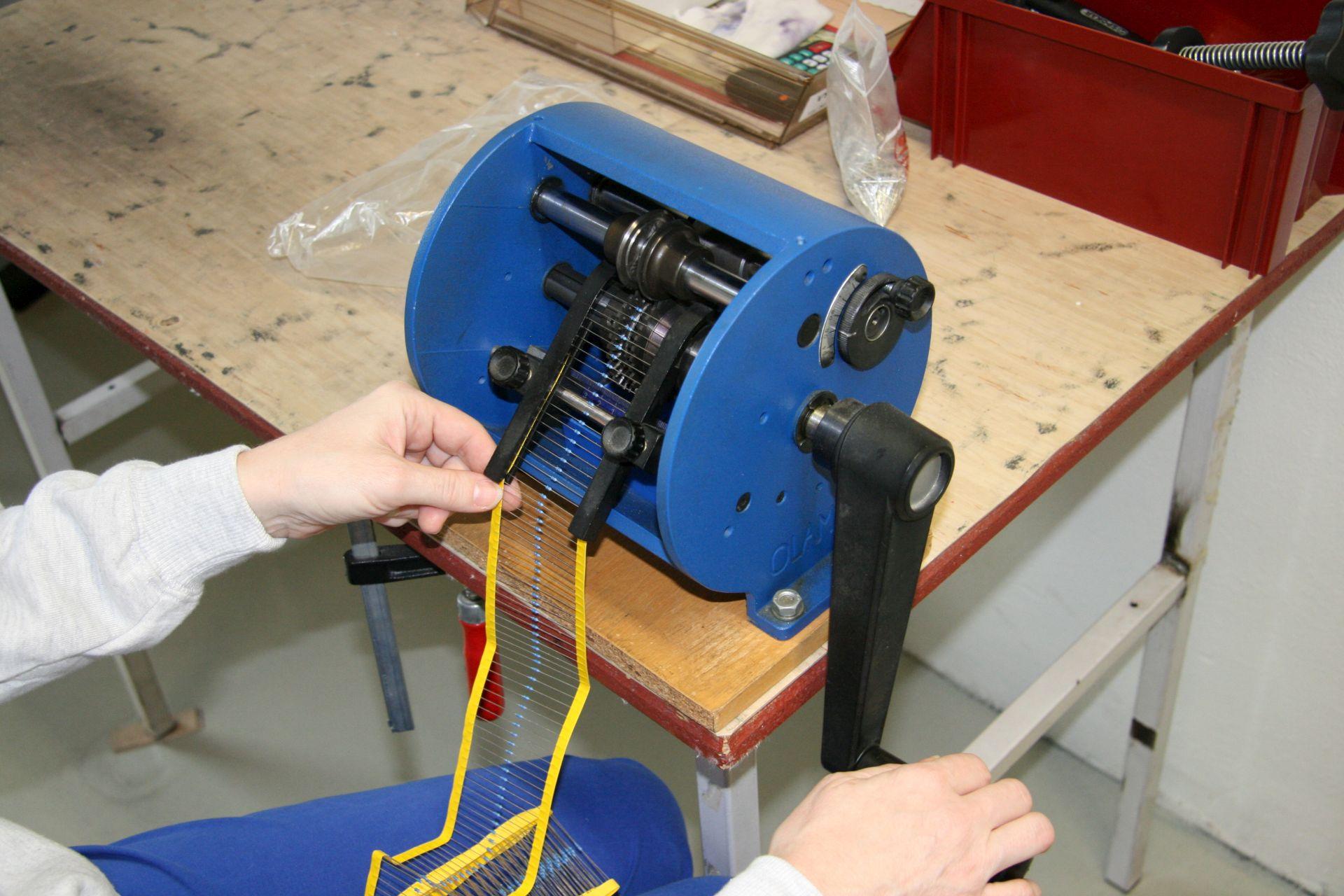 Tvarovací zařízení axiálních a radiálních součástek
